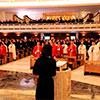 Una de las alumnas del Ateneo lee una de las oraciones de los fieles durante la misa.