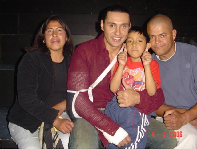 Ariel acompañado de sus papás y del luchador Víctor Reséndiz.