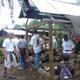 Ayudando a construir casas.