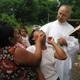 El P. Fernando Tamayo, L.C. administrando el bautismo a una habitante de Chunhuhub.