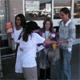 Las niñas de Color Misionero, invitando a donar artículos para las personas de escasos recursos.