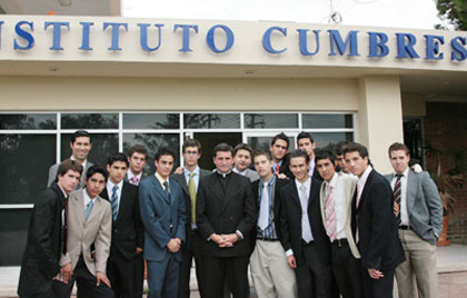 P. Dennis Doren, L.C. con alumnos del Cumbres León.