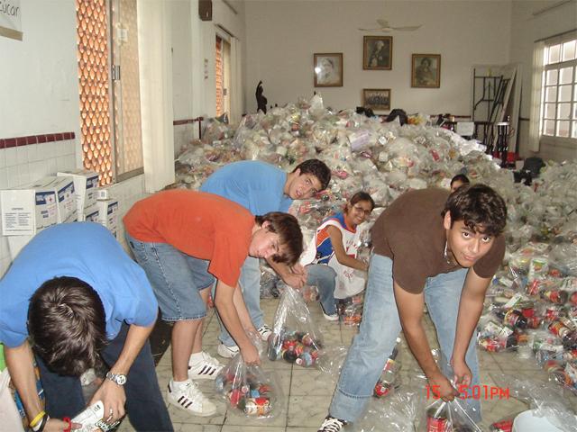 Miembros del ECYD ayudando con despensas para damnificados por el huracán Stan.