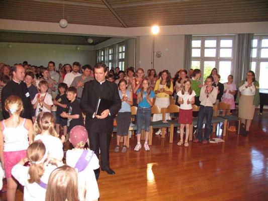 El P. Álvaro Corcuera, L.C., saludando a los niños durante el encuentro.