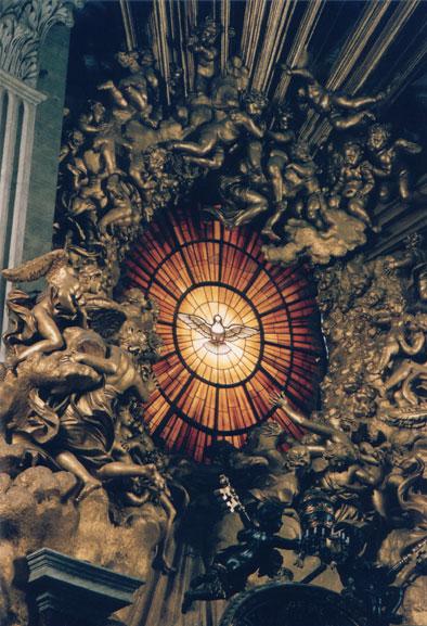 Vitral del Espíritu Santo en el altar de la Cátedra de San Pedro, en el Vaticano