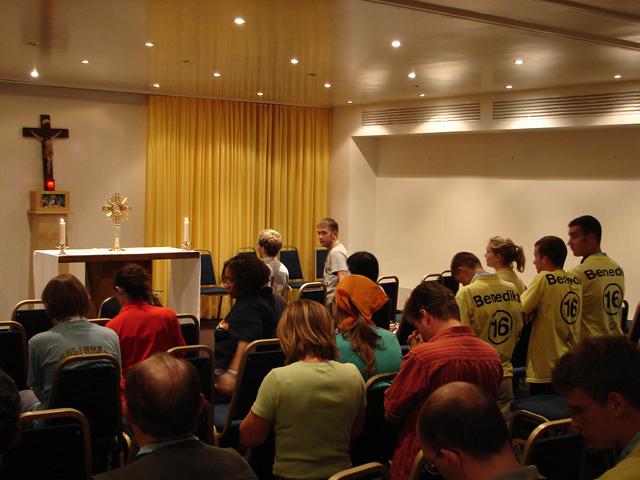 Jóvenes en adoración en el café Vocation.com, en Colonia, durante la Jornada Mundial de la Juventud 2005.