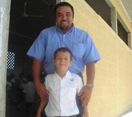 Don José con su hijo Reydle en Mano Amiga Conkal.