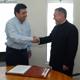 El alcalde Mario Olivarría y el P. José Gerardo Cárdenas, L.C., director territorial de Chile, al momento del traspaso oficial de los terrenos.