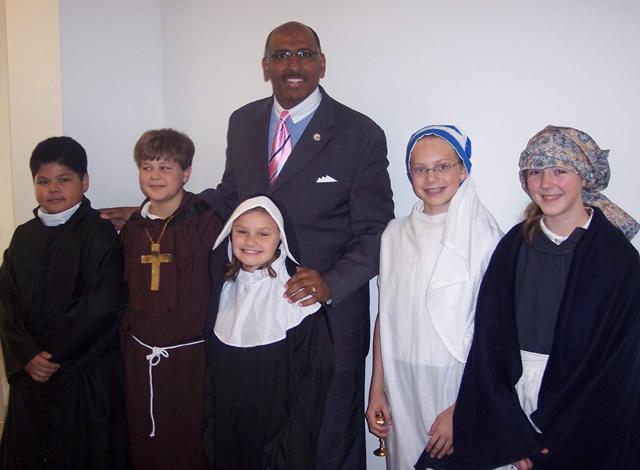 El gobernador Michael Steele visitando Woodmont Academy