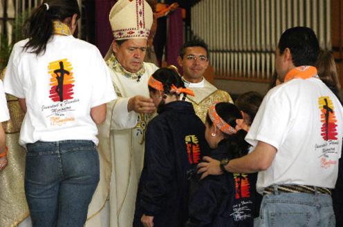 El Card. Norberto Rivera Carrera dando la cruz de la misión en la misa en envío 2005