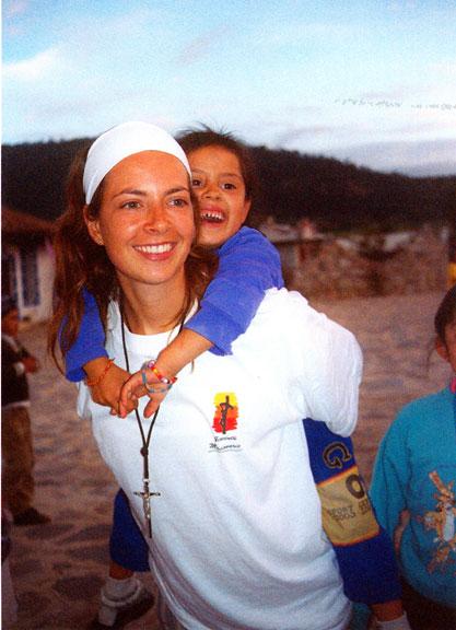 Mujer misionera cargando niño