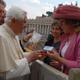 El Papa Benedicto XVI recibe la revista NET y la cajita con el �rosario medicinal� que le entrega la Sra. Maria Schmidt, directora de NET en Alemania (Foto: L�Osservatore Romano).