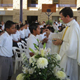P. Álvaro Corcuera, L.C. dando la comunión a los alumnos del Colegio Mano Amiga, en Acapulco.