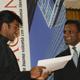 El Sr. Kishore Jayabalan, director de Acton, etrega el diploma a uno de los participantes.