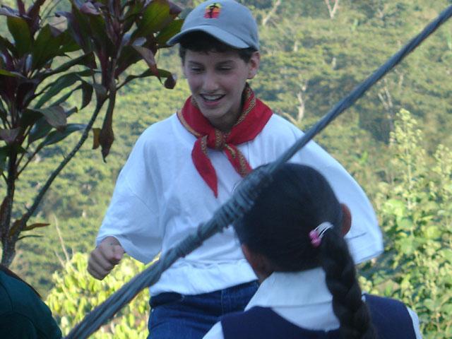 Un adolescente misionero llegando la alegría y compartiendo su fe