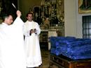 Il parroco Don Alberto Cereda benedice le statuine della Vergine Pellegrina della Famiglia. Lo accompagna P. Luca Maria Gallizia, L.C.