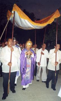 Mons. Ramon Argüelles en procesión eucarística, durante las misiones médicas en Filipinas