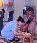 Doctor practica chequeo a paciente en el Amazonas