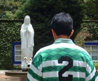 Colaborador 2003 encomendándose a la Virgen antes de deporte.