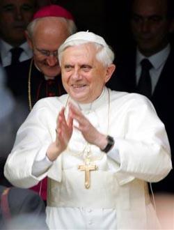 Papa Benedicto XVI saluda a los fieles congragados fuera de sus departamentos