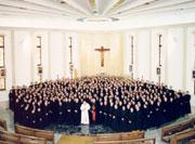 El papa Juan Pablo II visitando el centro de estudios superiores de Roma