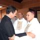 El P. Álvaro Corcuera, L.C. saluda a uno de los obispos presentes en la ceremonia.