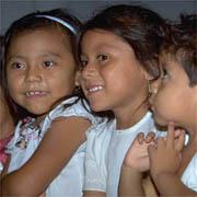 Niñas indígenas sonrientes.