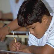 Niño escribiendo.