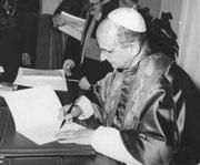 El papa Paulo VI firmando el decreto de alabanza