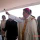 Mons. Ramón Godínez, obispo de Aguascalientes, bendice la primera piedra del Colegio Mano Amiga de esa ciudad.