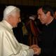El Santo Padre Benedicto XVI saluda al P. Álvaro Corcuera, L.C. (Foto: L'Osservatore Romano)
