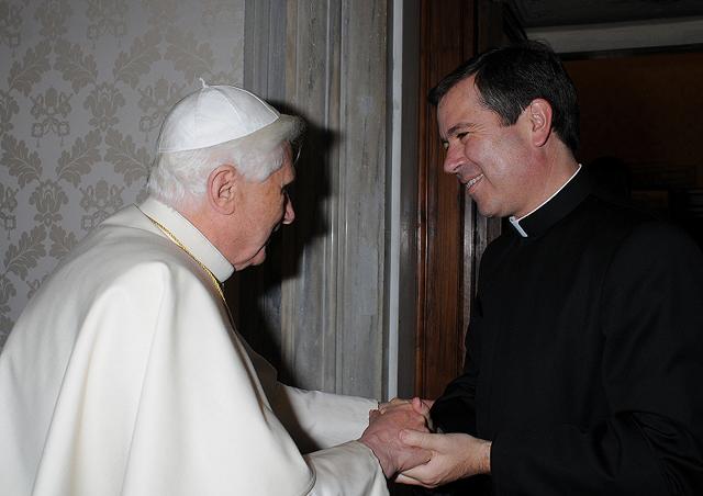 Benedicto XVI recibe en audiencia al P. Álvaro.