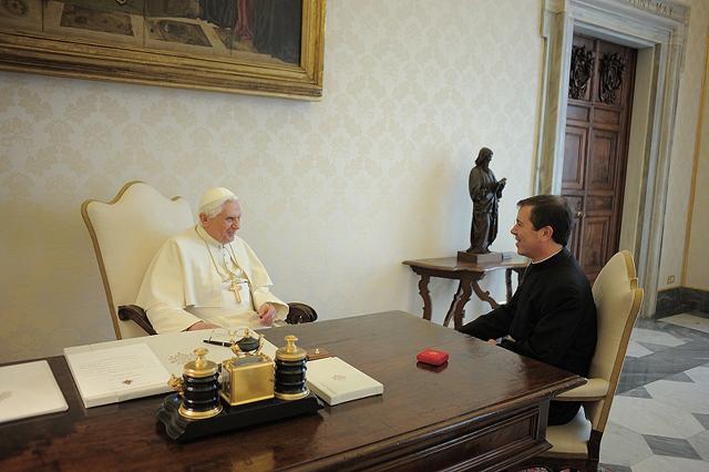 Audiencia del PP. Benedicto XVI al P. Álvaro.