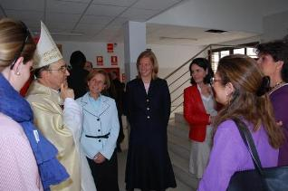 The auxiliary bishop of Madrid, Bishop Fidel Herráez, visits the Highlands School of El Encinar to bless the new building.