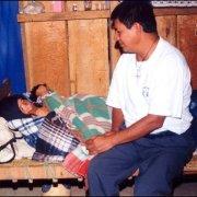 Educador Integral asistiendo una anciana