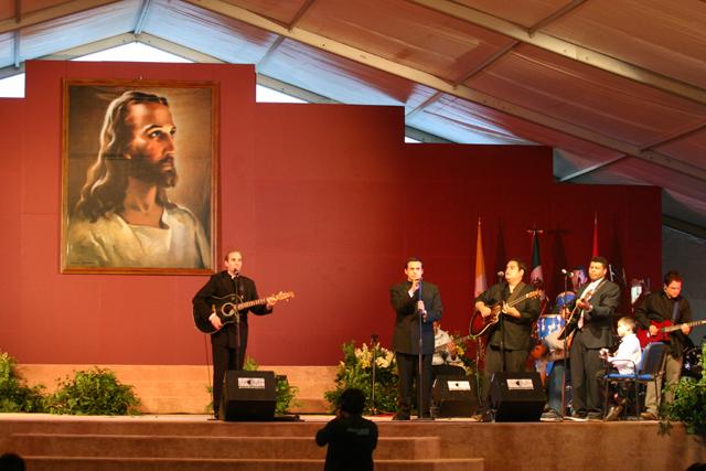 III Encuentro de Juventud y Familia, México 2005. El P. Albert Gutberlet, L.C. y el grupo Jaire interpretando canciones.