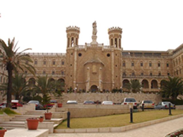 Fachada de Notre Dame en Jerusalén.