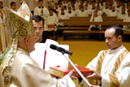 Mons. Josef Clemens entrega los Evangelios al P. Enrique Rodríguez, L.C.