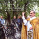 P. Vincent McMahon, L.C. bendiciendo a los motocilistas que emprenderán un viaje (Foto: Jean Pierre Geussen / Fuente: Navenant. Het beste van Limburg).