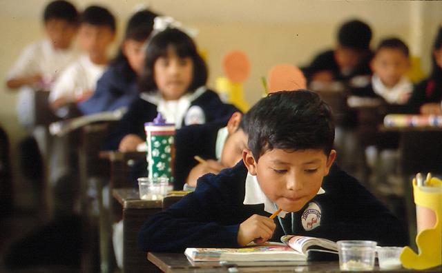 En 1964 se funda el primer Colegio Mano Amiga para alumnos de escasos recursos que buscan la formación integral no sólo del alumno, también de su entorno social.