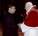S.S. Benedetto XVI saluta p. Paolo Scarafoni L.C., magnifico rettore.
