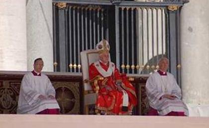 Papa Benedicto XVI con 2 ceremonieri