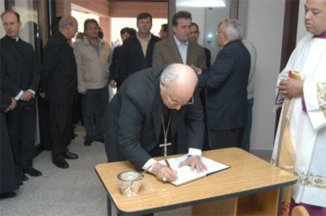 Mons. Lorenzo Baldisseri escribiendo en el libro de oro del SIMME.
