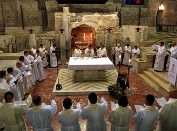 Sacerdotes en la concelebración eucarística junto a la gruta de la Anunciación, en Nazaret.