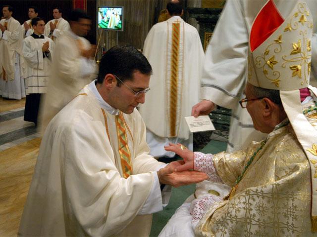 Mons. Luigi de Magistris unge las manos del P. Antony Sortino, L.C.