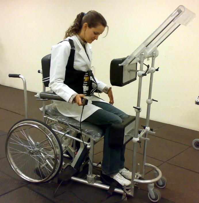 Adriana Villa realizando la prueba de una silla de ruedas-verticalizador que ayuda a poner de pie a las personas con lesión medular.