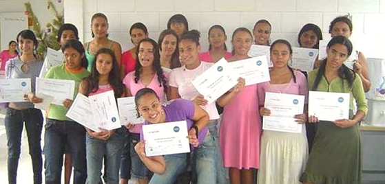 Graduadas de los programas de desarrollo de aptitudes laborales y generación de ingresos, ofrecidos por la Casa Mamma Rose en Brasil.