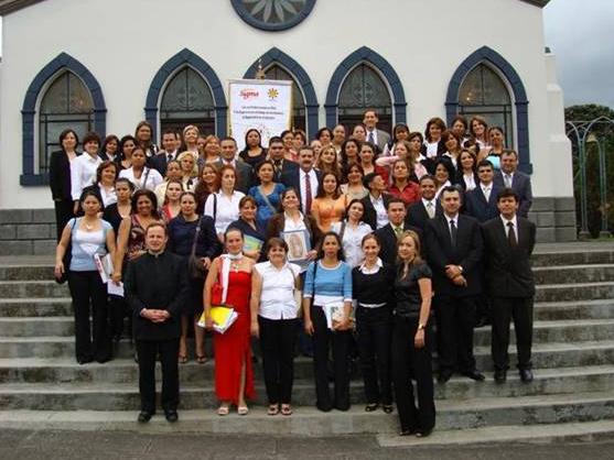El P. Eloy Bedia, L.C. con el grupo que finalizó su primer año de formación en ANSPAC de Costa Rica.