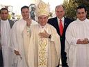 Mons. José Isidro Guerrero, obispo de Mexicali, con el Dr. Óscar Martínez González, director de la Facultad de Bioética de la Universidad Anáhuac México Norte.