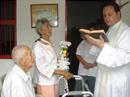 El P. Rodrigo Hurtado, L.C., durante el sacramento del matrimonio de Don Jesús (99) y Doña María Lilia (85).
